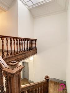 peinture blanche sur les murs, le plafond et les moulures par Deco Peint