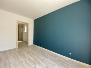 Murs bleu et blanc peints par Deco Peint pour une maison neuve