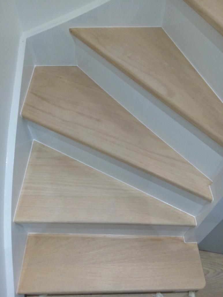marches d'un escalier en bois rénové par Deco Peint