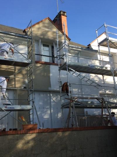 façade de maison en cours de ravalement