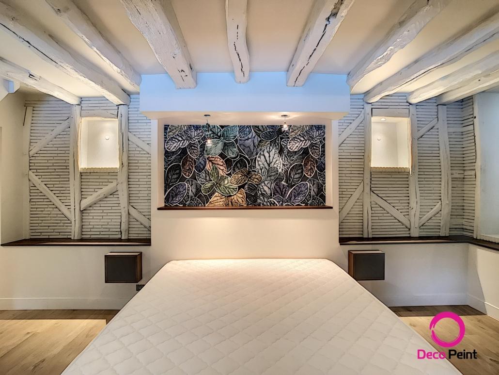 Peinture et décoration de la tête de lit dans cette chambre parentale