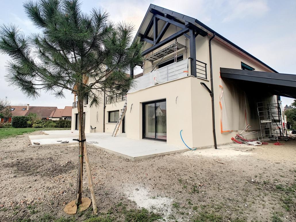 maison avec charpente et dessous de toit repeint