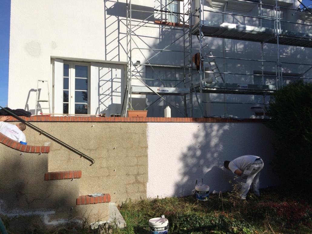 Entreprise Deco Peint en train d'effectuer le ravalement d'une maison