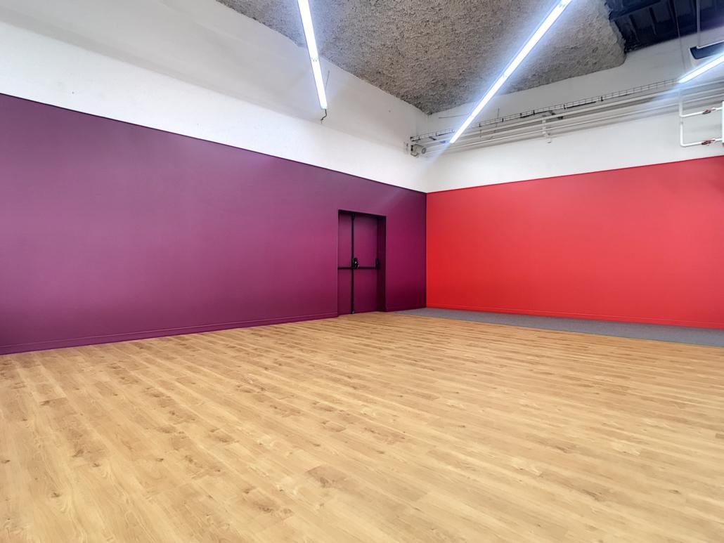 mise en peinture de deux murs en violet et rouge