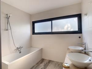 Salle de bain maison neuve, peinture murs et plafonds à Orléans
