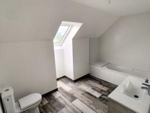 Salle de bain d'une maison neuve peinte en blanc par Deco Peint